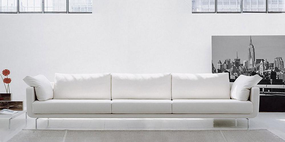 Divano bianco pelle ingiallito idee per il design della casa for Divano 4 posti
